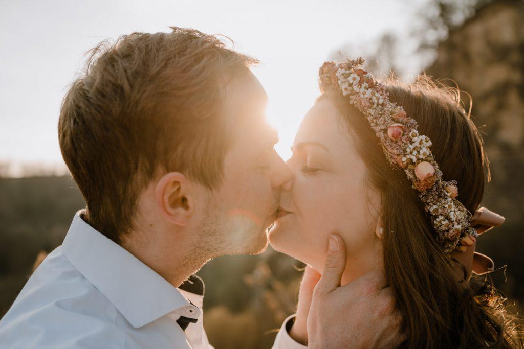 Paar welches sich küsst